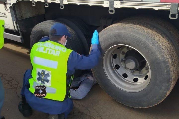 Mecânico é esmagado por rodado de caminhão durante reparos realizados no veículo