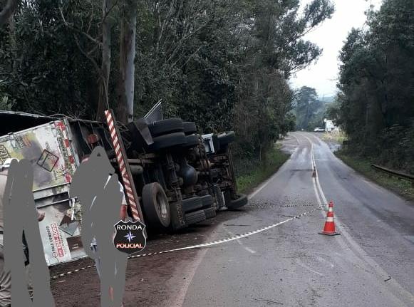 Tombamento de carreta deixa trânsito bloqueado na SC-305