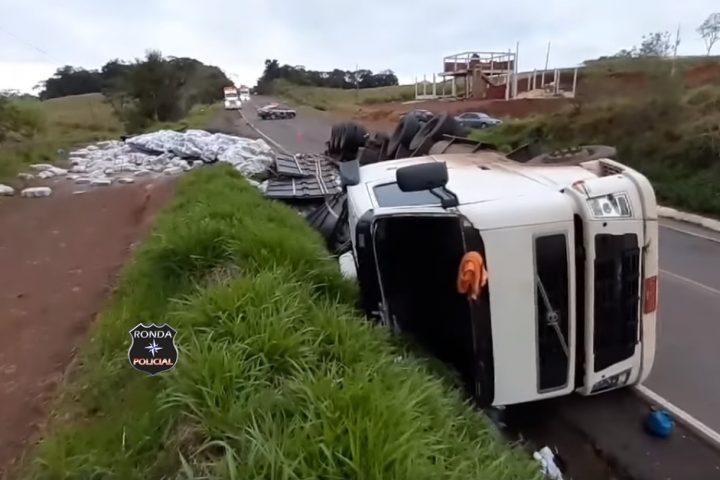 Tombamento de carreta deixa trânsito lento na 163
