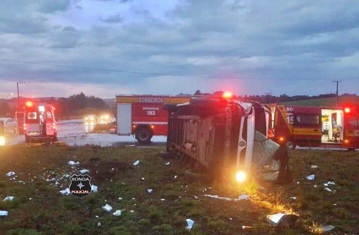 Capotamento de van deixa duas pessoas feridas na 282