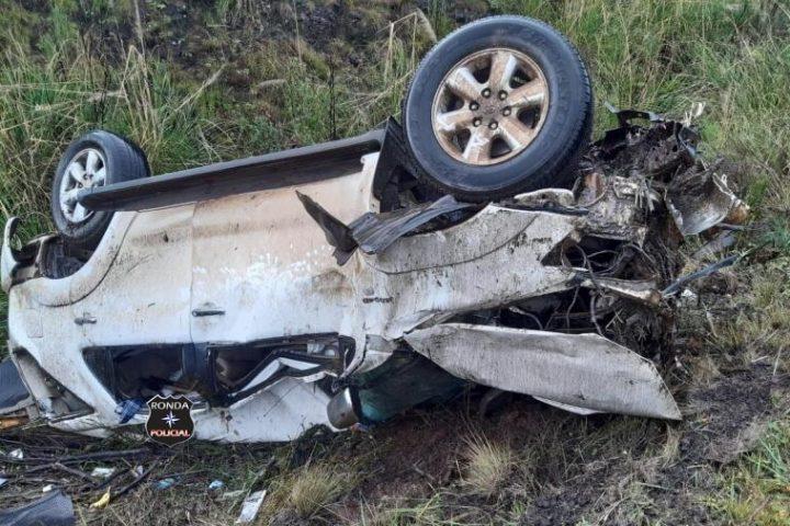 Camionete fica destruída em capotamento no Oeste