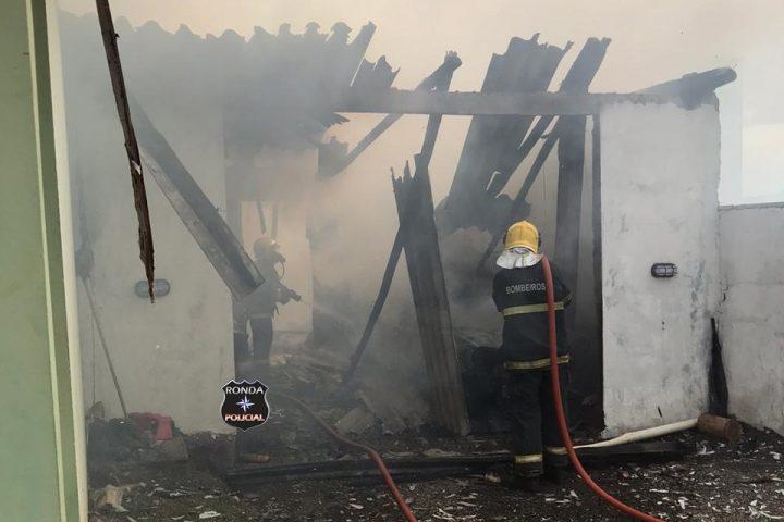 Bombeiros combatem incêndio em residência em Xaxim
