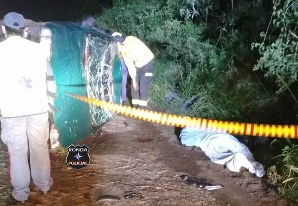 Motorista é ejetado para fora de carro e morre em capotamento durante a noite em comunidade rural