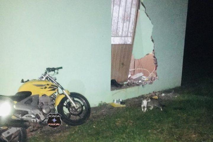 Jovem morre após sair da pista e colidir moto contra residência a margem de rodovia