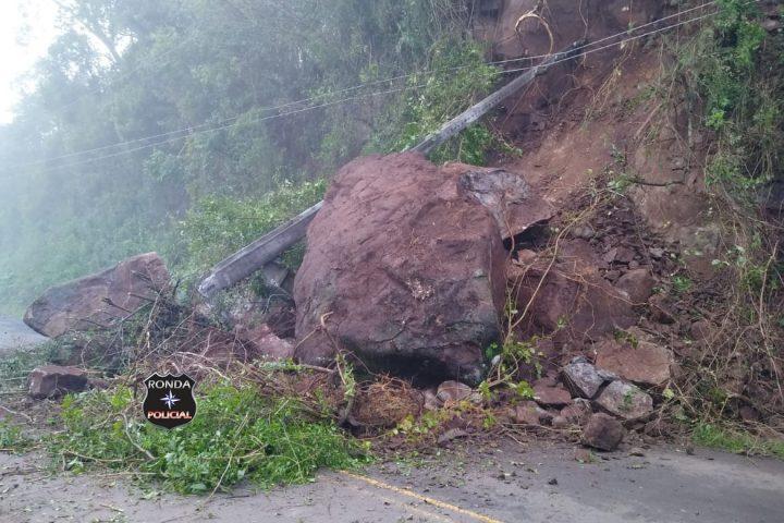 Queda de barreira deixa trânsito bloqueado em rodovia no interior de Faxinal dos Guedes