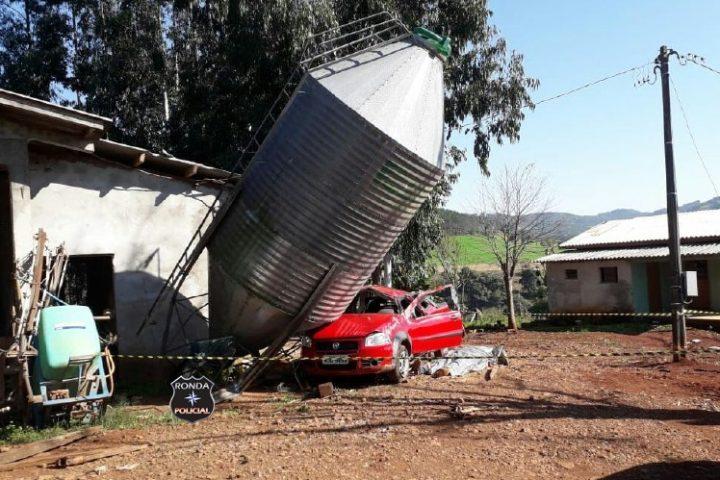 Vereador morre após colidir pick-up em silo