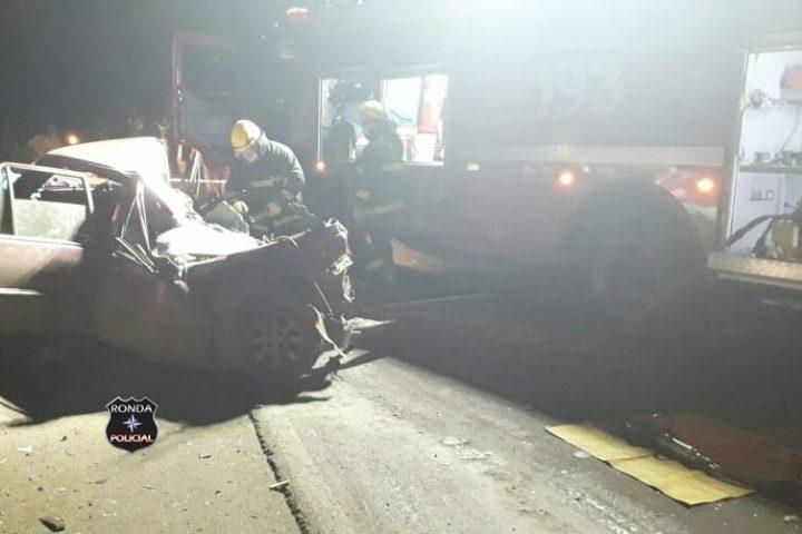 Fotos e vídeo: Jovem fica preso às ferragens e morre após colidir frontalmente carro em carreta