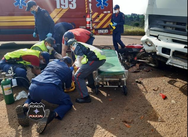 Motociclista fica gravemente ferida em colisão frontal com caminhão