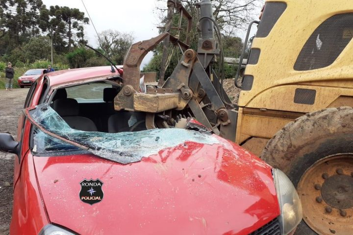 Mulher morre após colidir violentamente carro em patrola em comunidade rural