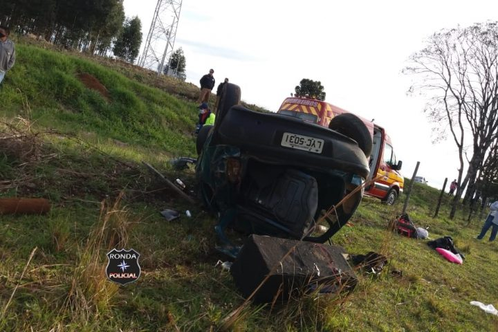 Cinco pessoas ficam feridas em capotamento de veículo