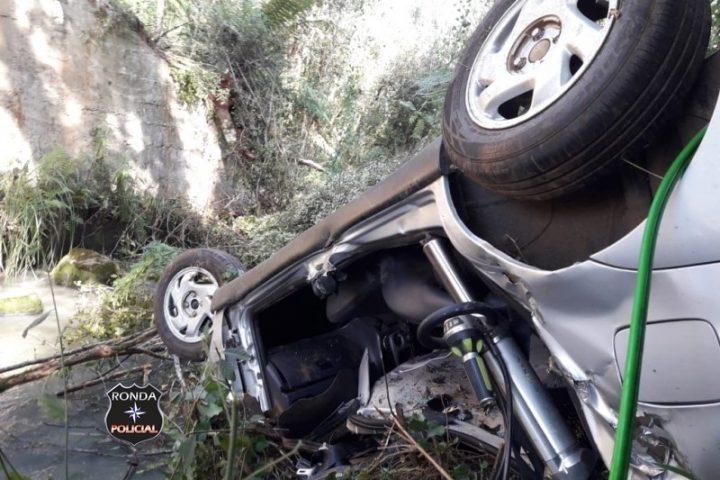 Motorista é socorrido inconsciente após cair com veículo em rio