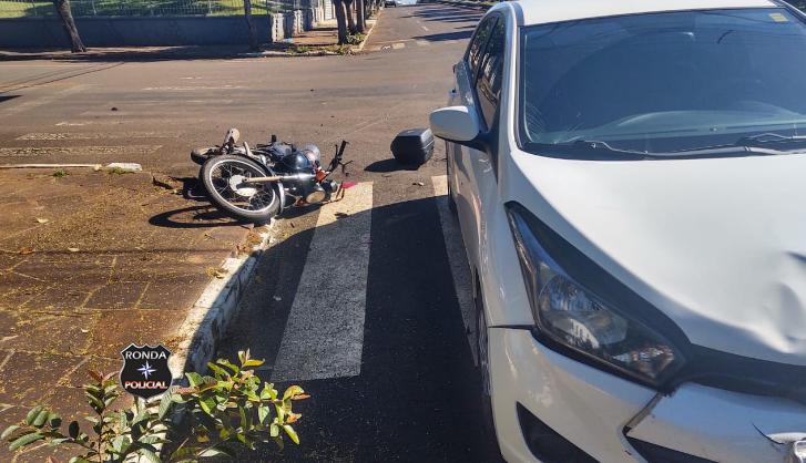 Mulher é conduzida ao Hospital após acidente entre carro e moto