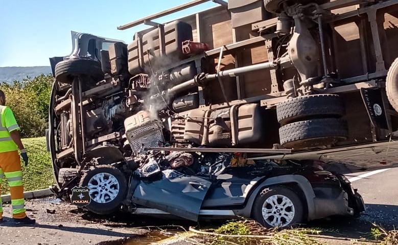 Caminhão do Oeste tomba sobre carro matando uma pessoa e deixando outra gravemente ferida no RS