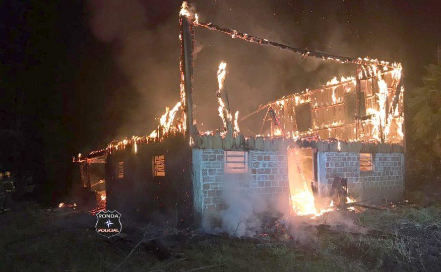 Fotos e vídeo – Incêndio consome residência no interior de Xanxerê