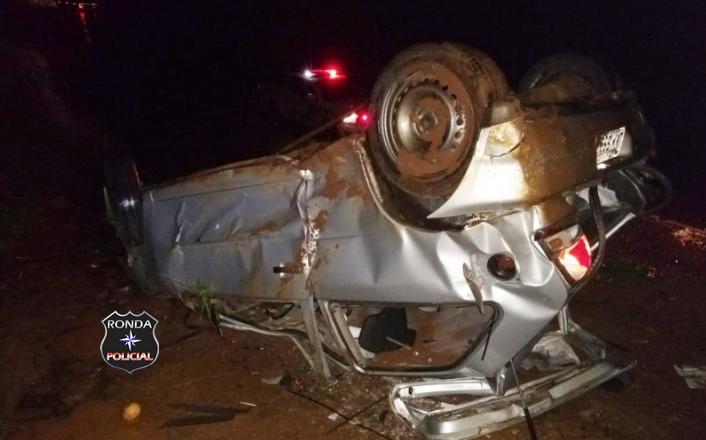 Jovem morre ao ser arremessada de carro durante capotamento