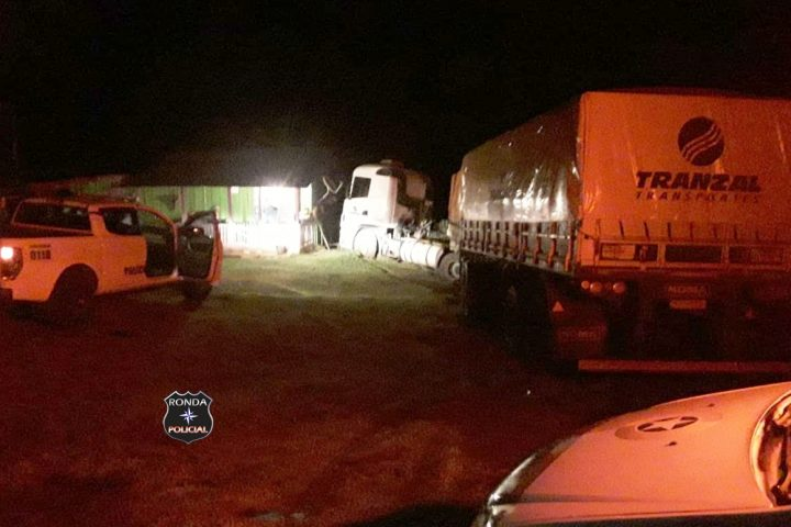Caminhoneiro embriagado acaba preso após invadir pátio de residência pensando ser posto de combustível na SC-480