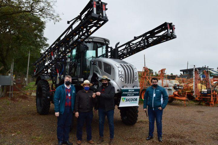 Sicoob Credimoc financia mais um equipamento agrícola para seu associado