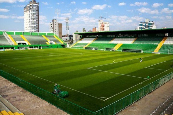 Chapecó libera aulas em universidades, futebol profissional e ações culturais no formato drive-in