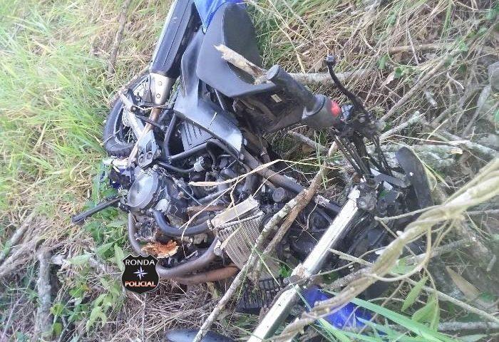 Motociclista morre após sair da pista e colidir violentamente em árvores a margem da rodovia