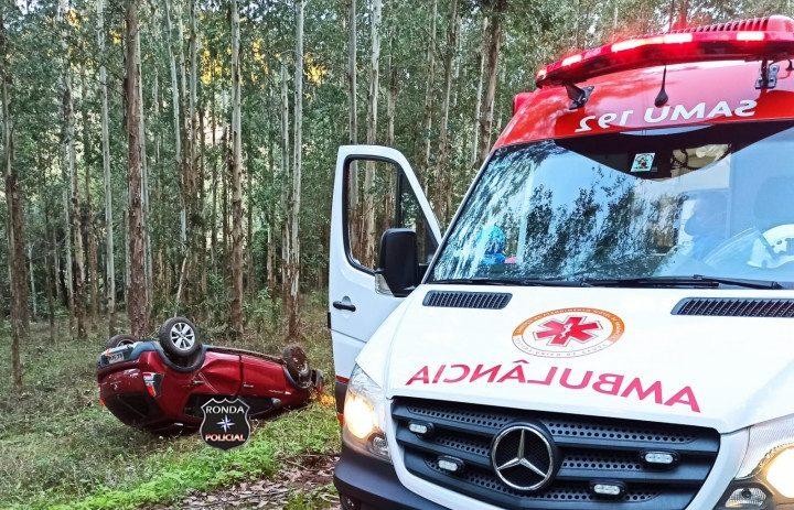 Motorista fica ferido após capotar veículo em comunidade rural