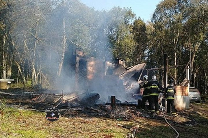 Homem morre carbonizado durante incêndio em residência