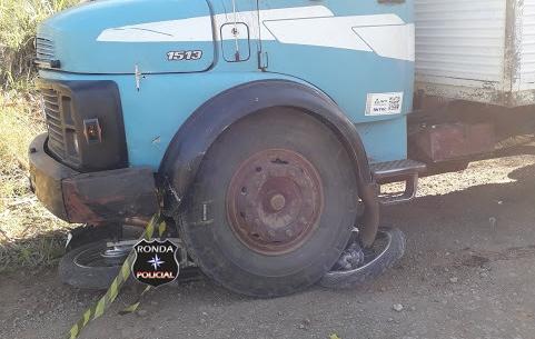 Jovem motociclista sofre graves ferimentos e fica preso em baixo de caminhão em comunidade rural