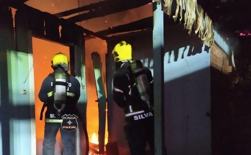 Incêndio consome residência durante a madrugada
