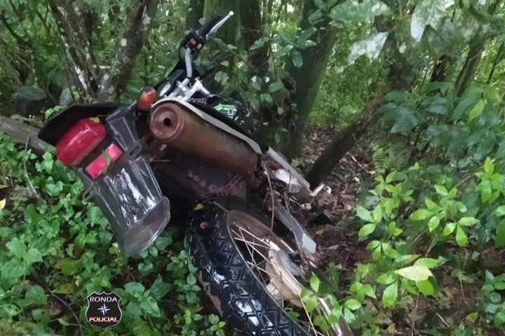 Motocicleta furtada é encontrada pela Polícia Militar em meio a mata