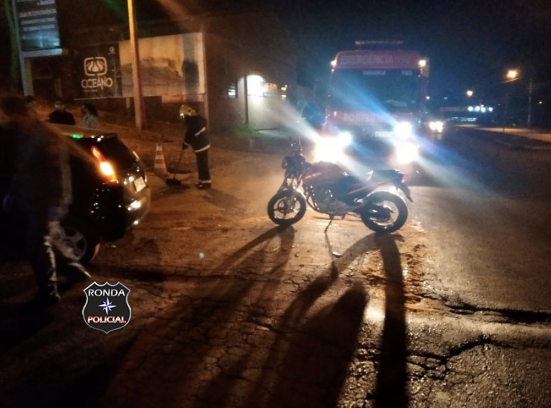 Rapaz fica ferido em colisão de carro e motocicleta