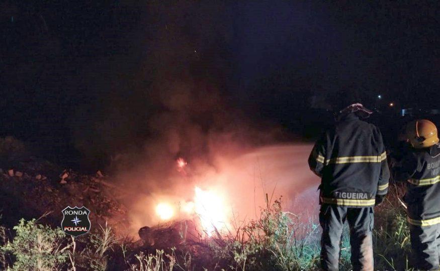 Veículo incendeia após sair da pista e capotar a margem de rodovia durante a madrugada