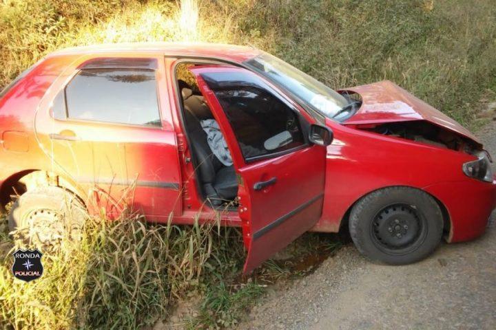 Jovem fica ferida após colidir veículo contra barranco