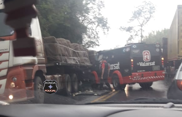 Câmera de caminhão registra exato momento de engavetamento na 282