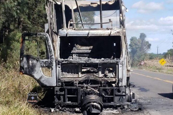 Caminhão é destruído por incêndio em rodovia