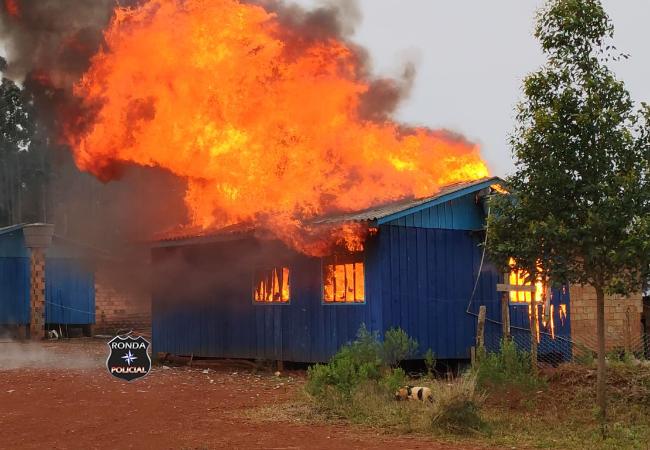 Bombeiros combatem incêndio em residência no Oeste