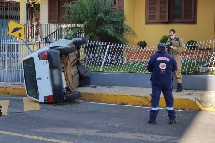 Motorista perde controle da direção e atinge cerca de residência