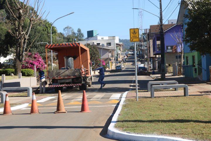 Passos Maia conclui obras de asfalto e inicia pavimentação de mais uma rua
