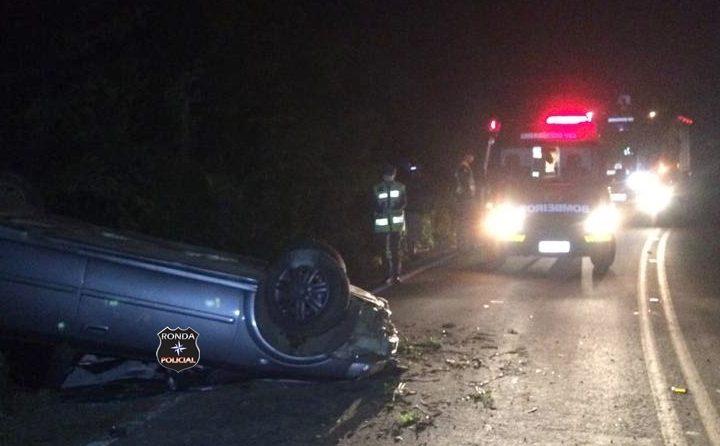 Duas pessoas ficam feridas em capotamento de veículo durante a madrugada