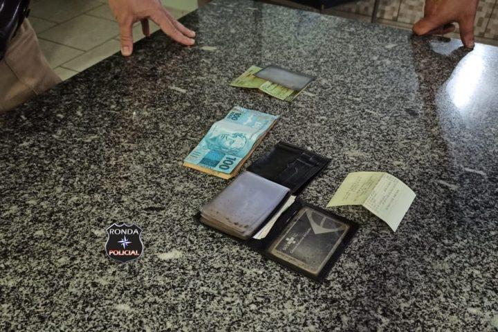 Jovem encontra carteira com documentos e mais de R$ 1,4 mil e entrega para dono no posto policial rodoviário de Bom Jesus