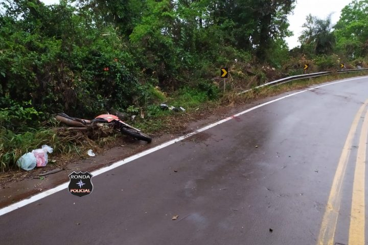 Motociclista sofre graves ferimentos após colidir em guard rail a margem de rodovia no Oeste