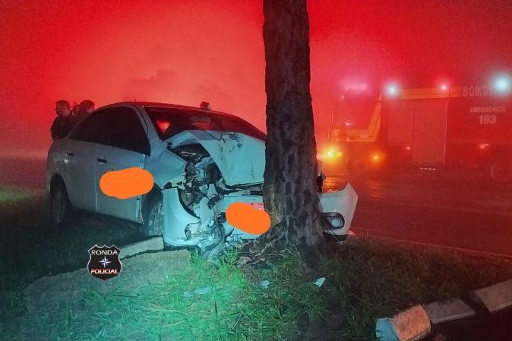 Três pessoas ficam feridas após carro colidir violentamente em árvore no Oeste