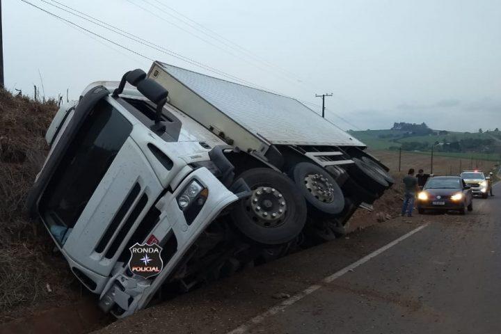 Tombamento de caminhão é registrado na SC-480 em Bom Jesus