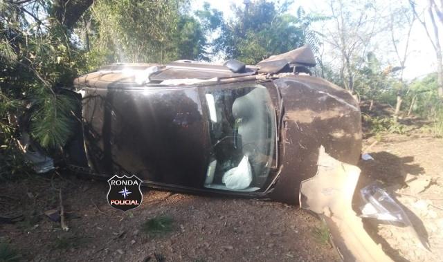 Carro capota após colisão com carreta e uma pessoa fica ferida na BR-282