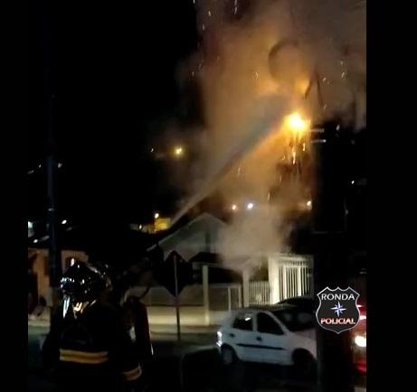 Bombeiros combatem incêndio em fiação elétrica de poste