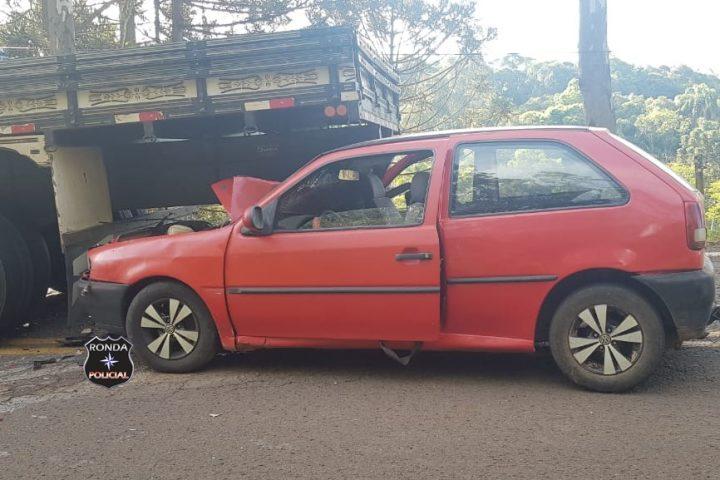 Homem fica ferido após veículo colidir em traseira de caminhão