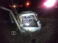Jovem fica ferido após veículo sair da pista e capotar