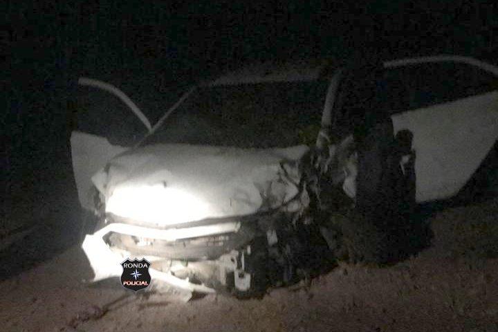 Motorista abandona carro após colidir em árvore durante a madrugada