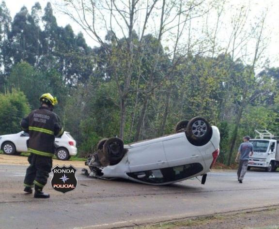 Motorista fica ferido após capotamento de veículo