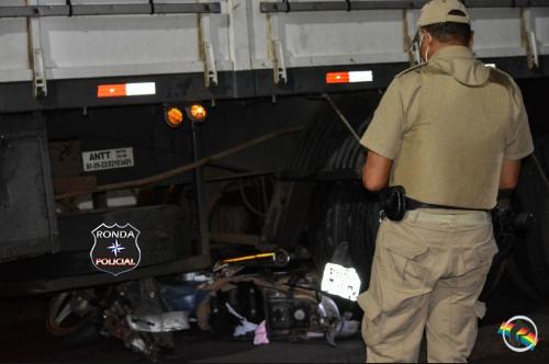Mulher sofre graves ferimentos em acidente com caminhão
