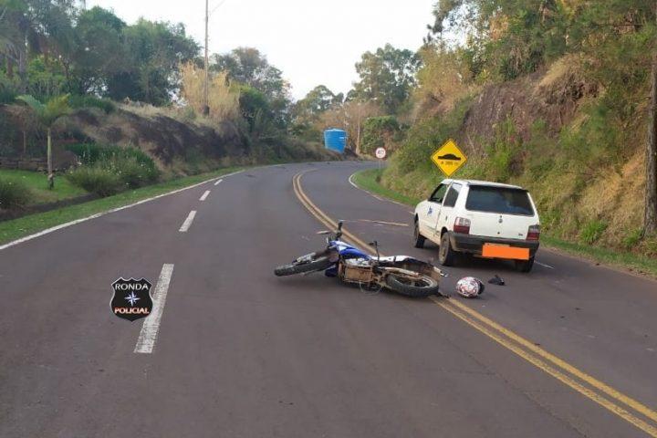 Cavalo atravessa pista e é atropelado por motocicleta sendo jogado em cima de carro