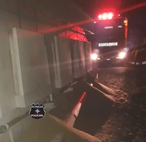 Caminhão carregado com ração tomba em pista